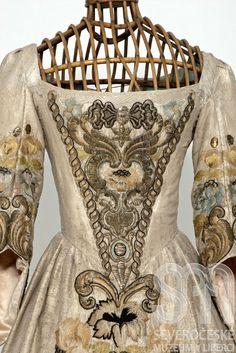 Baroque dress, silk, linen, silver tinsel, France, ~1720. Statue dress ?