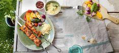 Zutaten: 800 g Hühnerfleisch (Brust oder ausgelöstes Keulenfleisch) Für die Marinade: 1 Knolle Knoblauch (ungeschält)  1 EL Tomatenmark  1 EL gehäuft Paprikapulver, edelsüß  1 EL gestrichen Paprikapulver, geräuchert  1 TL Fenchelsamen, zerstoßen oder gemahlen  1 TL Kreuzkümmel, gemahlen 1TL Harissa-Paste oder 1-2 gehackte frische Chilischoten  Für das Gemüse:  je 1 roter, grüner und gelber Paprika 2 Stück mittelgroße Zucchini, 2 Stück rote Zwiebeln, 200 g Couscous, Gewürze Harissa, Zucchini, Chili, Tacos, Mexican, Meat, Chicken, Ethnic Recipes, Food