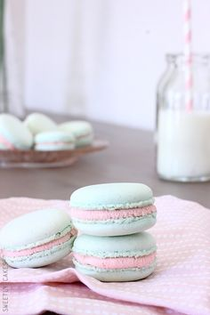 Macarons chocolat blanc & confiture de fraise: Sweet macarons with white chocolate ganache and strawberry jam inside (in French) Sweetly Cake, Macaron Cookies, French Macaroons, White Chocolate Ganache, Macaroon Recipes, Strawberry Jam, Strawberry Frosting, Sweet Recipes, Sweet Treats