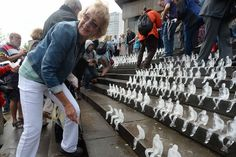 Lest we forget- Ice sculpture event in memory of WW1 fallen Minimum Monument by Brazilian artist Nele Azevedo in Chamberlain Square. 5,000 ice sculptures were placed on the steps by the public to remember the men and women - who made sacrifices in #WW1