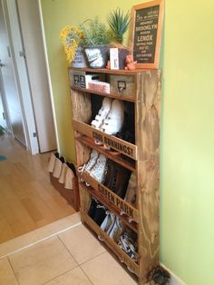 Affordable hallway decor ideas with pallets 00031 Furniture Making, Diy Furniture, Hallway Shoe Storage, Cupboard Storage, Hallway Decorating, Craft Storage, Diy Woodworking, Home Renovation, Home Organization
