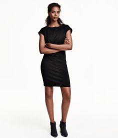 Knee-length, fitted dress in thick jersey with a boat neck and cap sleeves. Unlined.