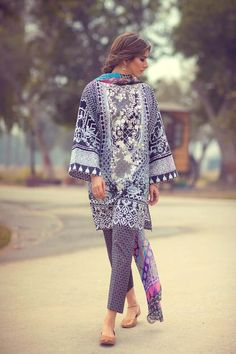 Above the knee kameezes with wide sleeves, very much inspired by the kurta style Zara ShahJahan Lawn collection Pakistani Lawn Suits, Pakistani Designer Suits, Pakistani Dresses Casual, Pakistani Dress Design, Indian Designer Outfits, Casual Dresses, Pakistani Clothing, Pakistani Kurta, Pakistani Couture
