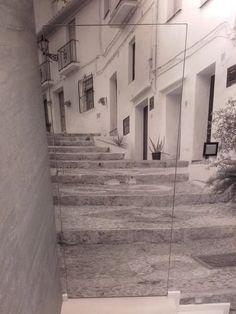 Zdjęcie: Drzwi wewnętrzne, zawiasy chowane, licujące się ze ścianą pokryte tapetą.