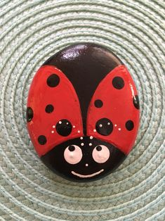 handbemalt Rock Marienkäfer handbemalt Rock, Marienkäfer handbemalt Rock, Have fun with rock painting projects using paint markers! What about painting some ladybugs? how to paint a bee 55 Ladybug Painted Rocks Ideas Rock Painting Patterns, Rock Painting Ideas Easy, Rock Painting Designs, Pebble Painting, Pebble Art, Stone Painting, Garden Painting, Lady Bug Painted Rocks, Painted Rocks Kids