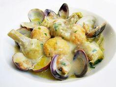 Albóndigas de bacalao con alcachofas y almejas. Que receta más sabrosa y rica os he preparado para la comida de hoy. La huerta y el mar en la mesa, ¡Rico!