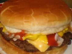 How to make a cheeseburger like McDonald's. A friend found this for her (when having a McDonalds burger obsession) in one of her cookbooks and its delicious. Cheese Burger, Mcdonalds Recipes, Hamburger Recipes, Beef Recipes, Cooking Recipes, Barbecue Recipes, Cat Recipes, Mcdonalds Hamburger Recipe, Restaurant Recipes
