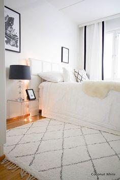 Svaneforsin uusi mustavalkoinen matto paikallaan | Coconut White Master Bedroom, Bedroom Decor, Black And White Interior, Apartment Goals, Interior Inspiration, Bedroom Inspiration, Girl Room, My Dream Home, New Homes