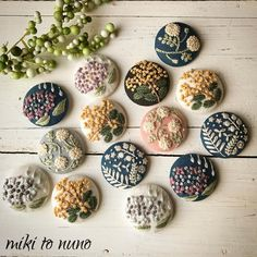 MIKIさんはInstagramを利用しています:「. 委託させていただいている@popo.panchi さんへ📦 裏面の加工をしてから発送です💦 . #ブローチ #ヘアゴム #刺繍 #手刺繍 #刺しゅう #ステッチ #enbroidery #handenbroidery #handmade #minne #mikitonuno…」