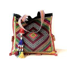 Валери лей Альтер имеет страсть для старых племенных тканей, которые полны характера. Она дает им новую жизнь, делая мешки, подушки и одежду из них, продавая через свой магазин на etsy, Fairl...