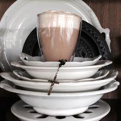 Goedemorgen!! Lieve volgers. Er staat een straf windje buiten dus kijk uit dat je niet wegwaait geniet van  lazy sunday  #creativewithcoffee #coffee #coffeetime #coffeelover #coffeeaddict #latte #lattelover #lattemacchiato #landelijkwonen #servies #serviesgoed #myhome #mycoffee #myinterior #interior123 #interior2you #interior4all #interior4you #fotografia #fotografie #photographer #dewemelaer #dewemelaertop5 by zwitwart