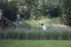 Dit is een tuin om in te leven; de bewoners genieten dan ook met volle teugen. Er is voor ieder wat wils. 's Avonds heerlijk ontspannen in de jacuzzi, die lekker verscholen ligt in het groen. Ook aan de kinderen is gedacht. De verdiept aangelegde trampoline, de stoere boomhut en ook het gazon met de verschillende niveau's nodigt de kinderen uit om te springen, rennen en te spelen. Direct aansluitend op het huis is een groot terras met zowel een heerlijke luie zit als een ferme eettafel. Home Garden Design, Home And Garden, Wild Grass, Family Garden, Landscape Architecture, Garden Inspiration, Playground, Plants, Kids