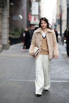 a793eb6cd2 20 Ideas Para Usar Pantalones Blancos En Invierno