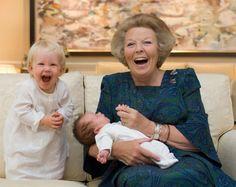De koningin met haar kleinkinderen Luana en Zaria, dochters van Friso en Mabel