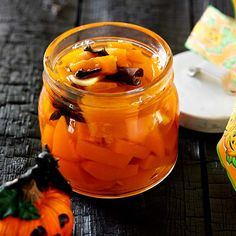 Do you have pumpkin flesh leftover after carving this year's Halloween pumpkin? Be sure to make pickled pumpkin! Our recipe for pickled pumpkin can be served with game, beef or strong cheese. Halloween Uk, Halloween Pumpkins, Pumpkin Jam, Fresh Ginger, Christmas 2015, Pumpkin Recipes, Pickles, Food And Drink, Pickling