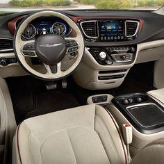 Chrysler Pacifica: Disponível com propulsão a gasolina ou híbrida a Chrysler Pacifica substituiu a Town & Country. Entre os destaques tecnológicos da Pacifica estão o sistema de cancelamento ativo de ruído (ANC) e o novo sistema Uconnect Theater com duas telas traseiras HD de 10 polegadas e uma de 84 polegadas no painel e até 20 alto-falantes.  Modelo tem portas corrediças e tampa traseiras com acionamento sem as mãos abrindo ou fechando com um movimento de chute por baixo da porta ou do…