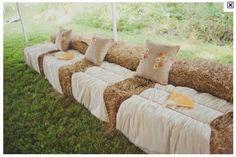 Ou comment faire un sofa chic avec des bottes de pailles et quelques accessoires!