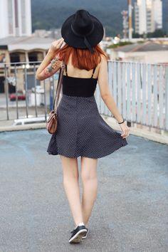 Eu resolvi usar um estilo Retrô mais moderno, estou usando um vestido que parece um conjunto, na parte inferior do vestido, ele é estampado com Poá. Pra quem não sabe, poá são estampas de bolinhas, que podem ser grandes ou pequenas, que dão um ar bem mais romântico. Um chapéu fedora e sapatênis preto. E para finalizar, estou usando um bolsinha de lado da loja Gusto Peruano.