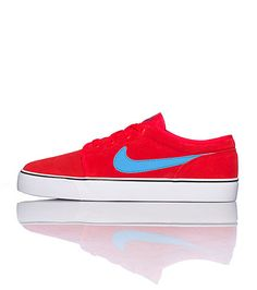 NIKE Men's low top sneaker Lace up closure Signature NIKE swoosh on sides Padded tongue with logo Cushioned inner sole for ultimate comfort