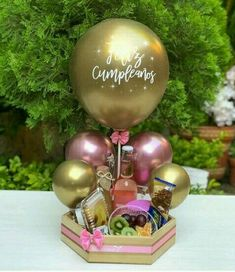 Balloon Arrangements, Balloon Centerpieces, Balloon Decorations Party, Birthday Party Decorations, Candy Bouquet Diy, Balloon Bouquet, Homemade Gift Baskets, Homemade Gifts, Personalised Gifts Diy