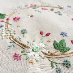 #フランネルフラワー 前回よりはスムーズに刺せました #刺繍 #embroidery #needlework #青木和子 #ホビーラホビーレ #朝活 #リース #wreath