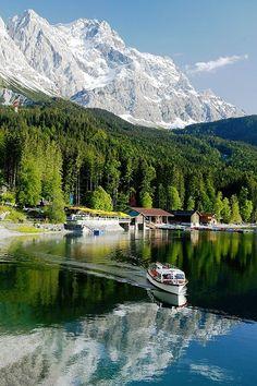 Einzigartig am Fuße der Zugspitze, in 1.000m Höhe, liegt der kristallklare Eibsee. Mitten in einer herrlichen Alpenlandschaft und wunderschön zu jeder Jahreszeit.