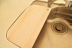 """もう""""水切りカゴ""""はいらない!? 調理スペースも広がる「オリジナルまな板」のつくり方 - Yahoo!不動産おうちマガジン Dremel, Woodworking Shop, Bamboo Cutting Board, Housekeeping, Interior And Exterior, Diy And Crafts, Kitchen, Room, Home Decor"""