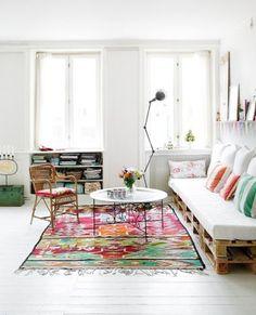 Een bed of bankje van pallets. Leuk voor bijvoorbeeld de woonkamer, hal of zolder.