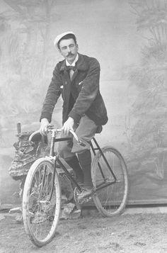 Fotos antiguas: Ciclistas en Totana.Fernando Navarro retrató en su estudio de Totana (Murcia) Old Bicycle, Bicycle Race, Bicycle Parts, Old Bikes, Old Photos, Vintage Photos, Bicycling Magazine, Bicycle Workout, Bike Photo