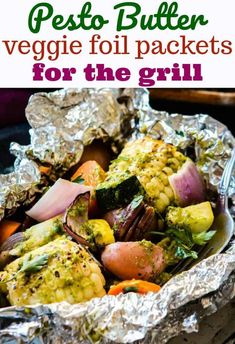 Want to know how to make foil packets for the grill? We love these pesto butter veggie foil packets for the grill as it can be hard to find good sides for bbqs and grilling. A few fresh ingredients to make a pesto butter, lots of veggies and a couple piec Vegetarian Grilling, Grilling Recipes, Grilling Ideas, Bbq Recipes In Foil, Camping Recipes, Camping Meals, Healthy Grilling, Side Recipes, Vegan Vegetarian