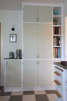 Skåp och hyllor i ett platsbyggt retrokök. Mini Kitchen, Locker Storage, Sweet Home, New Homes, Shelves, Cabinet, Interior Design, House Styles, Kitchens
