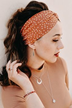 #headband #olive #turbanheadband #makeup #jeans #jeansjacket #blouse #moon #girl #boho #bohemian #olive #vintage #curlyhair #balayage #ring #biglips #eyeliner #shooting #streetstyle #fotoinspo #fashion2020 #lockstoffstore #dotties #hipster #ring Bambi, Big Lips, Turban Headbands, Fashion 2020, Curly Hair Styles, Eyeliner, Hipster, Bohemian, Moon