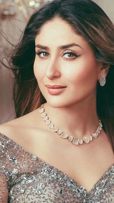 Best Collection of Bollywood Actress - Page 9 of 11 Free Ultra HD Mobile Wall., Collection of Bollywood Actress - Page 9 of 11 Free Ultra HD Mobile Wallpapers. Bridal Necklace, Bridal Jewelry, Gold Fashion, Fashion Jewelry, Fashion Beauty, Diamond Necklace Set, Gold Necklace, Simple Necklace, Kareena Kapoor Khan