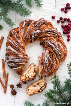 Christmas Gingerbread Yeast Wreath with Chocolate. Sweet Pie, Christmas Gingerbread, Tea Time, Gnocchi, Cheddar, Wreaths, Chocolate, Meat, Baking