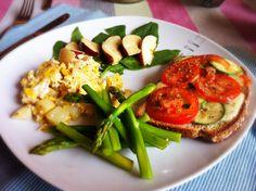 Desayuno fácil y nutritivo. Huevo con papas previamente hervidas. Espárragos al vapor. Manzana con espinacas. Pan integral con queso Gouda, calabazas, jitomate y hierbas de olor.