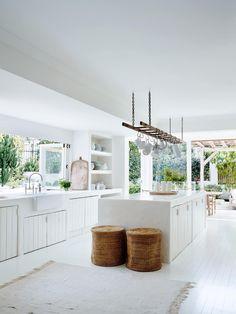 Mobilier și accente subtile din lemn într-o casă din Sydney, amenajată în totalitate în alb Jurnal de design interior