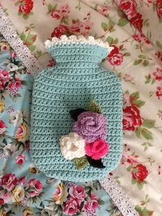 Hot water bottle cover w/ roses Diy Crochet And Knitting, Crochet Cross, Love Crochet, Crochet Christmas Gifts, Crochet Gifts, Knitting Projects, Crochet Projects, Water Bottle Covers, Crochet Home Decor