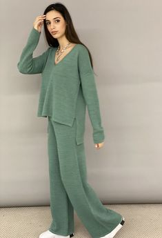 Σετ πλεκτό, παντελόνα με λάστιχο στη μέση και μπλούζα ασύμμετρη V. 100%DRAL EΛΛΗΝΙΚΗΣ ΡΑΦΗΣ Office Outfits, Office Wear, Best Facebook, Lounge Wear, Jumpsuit, Plaid, Denim, Knitting, Stylish