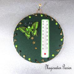 Thermomètre vert papillon vert sur cd - Un grand marché Decoration Photo, Creations, Christmas Ornaments, Support, Holiday Decor, Dimensions, 3d, Crochet, Unique