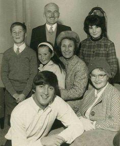 Supongo que aquí Lennon está con sus tíos y con su suegra(? Algunos primos o sobrinos por parte de él y de Cyn quizá...