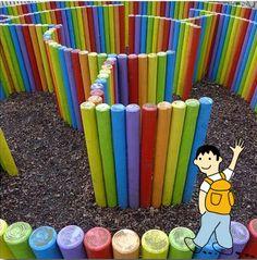 Construye un laberinto de colores en el patio del colegio.