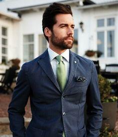 Verde: una corbata de color verde comunicará bienestar, relajación y juventud.. Los tonos claros ayudarán a provocar reacciones amigables y positivas en las demás personas. Estos tonos claros solo son comunes verlos en verano, ya que en invierno se utilizan más los tonos oscuros.