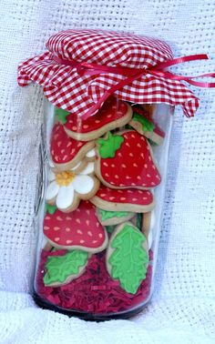 Beautiful cookies inside a cookie jar as gifts! Summer Cookies, Fancy Cookies, Iced Cookies, Cute Cookies, Cookies Et Biscuits, Cupcake Cookies, Menu Saint Valentin, Strawberry Cookies, Strawberry Patch