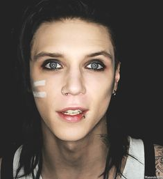 OMG I JUST DIED!!!!!! CLICK IT!!!! Andy Biersack gif!!! his smile...so adorable!!!!