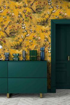 Deze grandioze Japanse tuin is er een van om te dromen! Geïnspireerd op die van Lord Lever uit de Victoriaanse tijd, kunnen wij er nu vanuit onze woonkamer van genieten.💚  Vanaf 11 mei te koop in de webshop! Filing Cabinet, Greece, Walls, Houses, Living Room, Interior Design, Wallpaper, Yellow, Decoration
