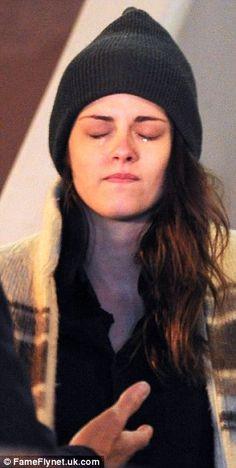 Kristen Stewart breaks down in tears for an emotional scene Kristen Stewart Hair, Kirsten Stewart, New Love Pic, Kristen And Robert, Twilight Pictures, Funny Picture Jokes, Photography Poses For Men, Elle Fanning, Twilight Saga