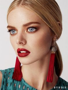 This beauty look is so amazing: mahogany red lips paired with a gold eyeshadow and a sleek center part