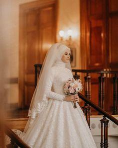 2020 tesettr gelinlik modelleri elegant midi bridesmaid dress v neck a line bridesmaid gown navy blue high low bridesmaid Hijabi Wedding, Muslimah Wedding Dress, Hijab Prom Dress, Sheer Wedding Dress, Muslim Wedding Dresses, Muslim Brides, Bridal Dresses, Wedding Gowns, Bridesmaid Dresses