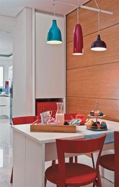 """Ao projetar a reforma do apartamento, a arquiteta Ludmila Grammont atendeu ao desejo roubando uma parte da cozinha para transformar na copinha, com parede revestida de madeira. """"É aqui que jantamos com as crianças todas as noites"""", conta Patricia. Caminho de mesa da Roupa de Mesa. modo slideshow"""