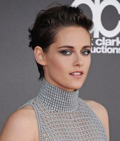 Whether or not you're a fan, you can't deny that Kristen Stewart is always willing to take a risk with her hair or makeup. Her red carpet looks are always Kristen Stewart Short Hair, Kirsten Stewart, Pixie Hairstyles, Cool Hairstyles, Peinados Pin Up, Perfect Blonde, Eyeliner Looks, Celebrity Beauty, Grunge Hair